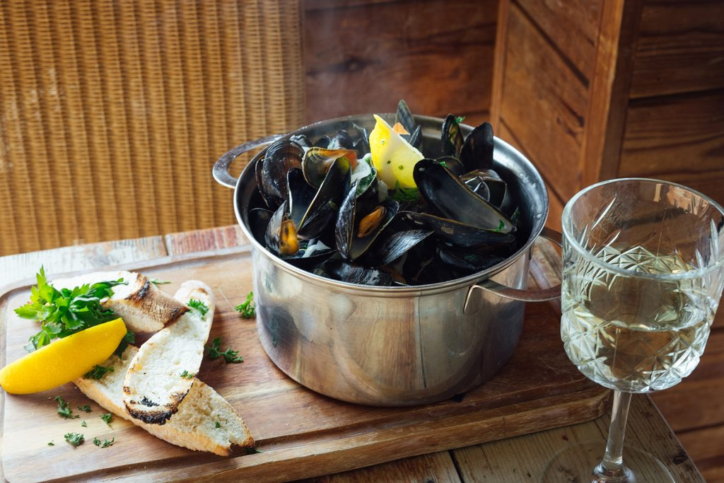 Salty's mussels wine close